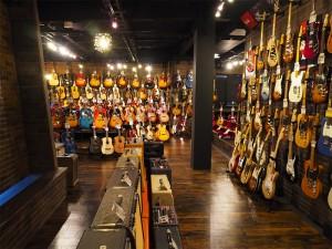 ギター売場増床部分 左手に滝